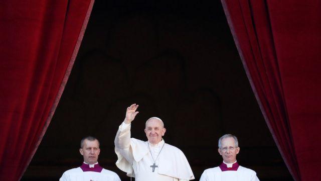 Francisco faz benção natalina de sacada da Basílica de São Pedro, no Vaticano