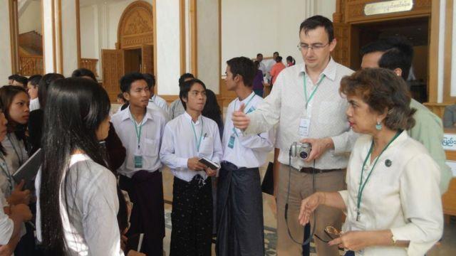 Nhà báo BBC Bill Hayton hướng dẫn học viên làm tin từ tòa nhà Quốc hội Myanmar ở Nay Pyi Taw (2013)