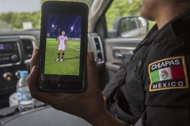मोबाइल में अपनी तस्वीर दिखातीं सार्जेंट कंचीटा लोपेज़