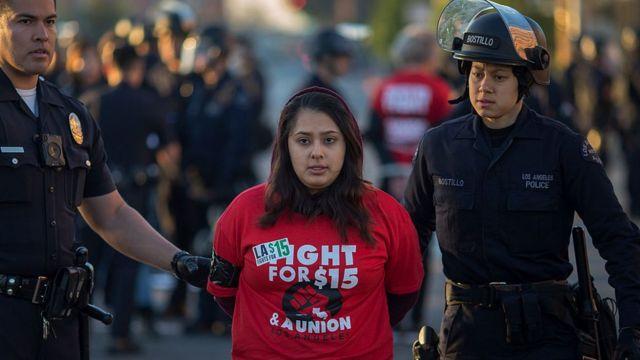 Manifestante detenida por interrumpir el tránsito en protesta por alza del salario mínimo en EE. UU.