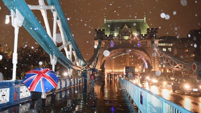 تساقط الثلج على جسر برج لندن