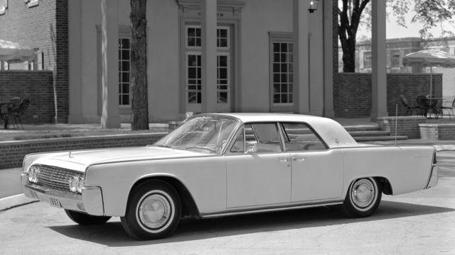 درهای لینکلن کنتیننتال مدل ۱۹۶۱ رو به عقب باز میشد