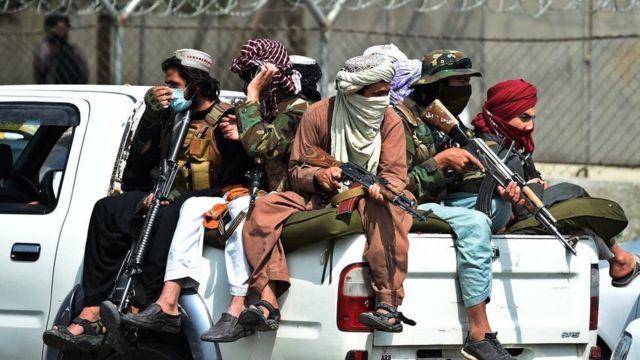 جنگجویان طالبان در بیرون از فرودگاه کابل در حال نگهبانی هستند