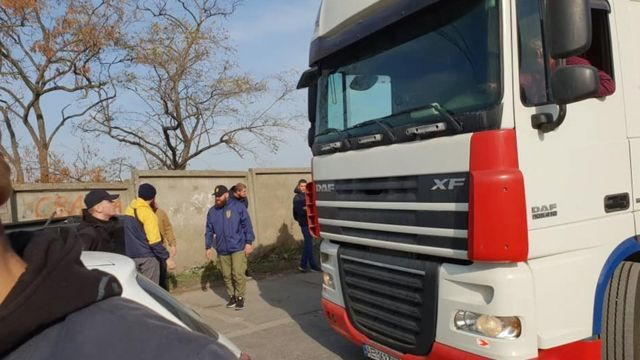 Вантажівка, яку блокують активісти