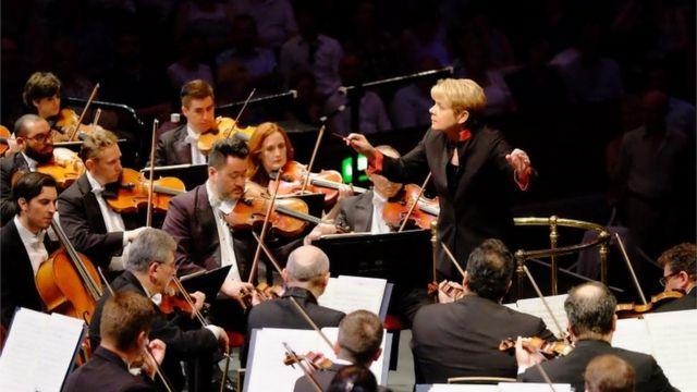 A Orquestra Sinfônica do Estado de São Paulo diante da regente Marin Alsop