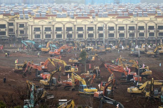 Guindastes e escavadeiras durante a construção do Hospital Huoshenshan
