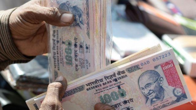 बैंक में हज़ारों के नोट