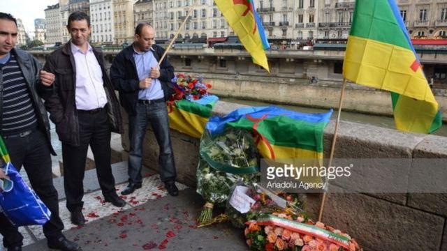 Des ressortissants algériens commémorent le massacre de 1961 le 17 Octobre de chaque année sur le pont Saint-Michel à Paris.