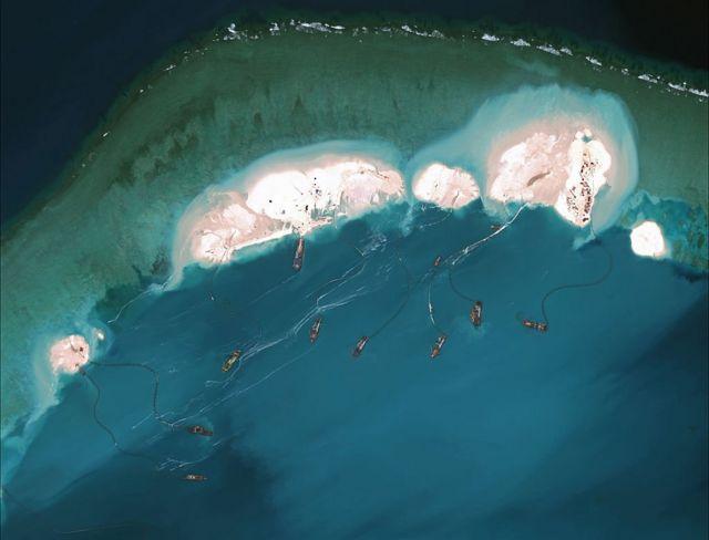 Hình ảnh tư liệu từ vệ tinh năm 2015 cho thấy việc nạo vét và xây dựng đang được tiến hành ở Đá Vành Khăn