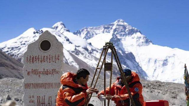 中国测绘队2020年5月在珠峰大本营附近测试设备。