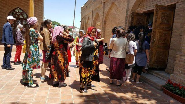 Visitantes em fila para visitar tumba