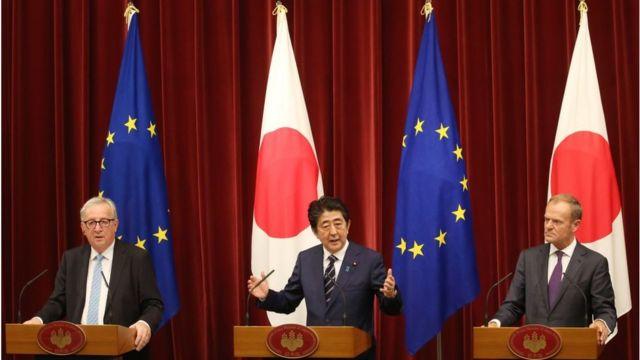 Chủ tịch Ủy ban Châu Âu Jean-Claude Juncker (trái), Thủ tướng Nhật Bản Shinzo Abe (giữa) và Chủ tịch Hội đồng Châu Âu Donald Tusk (phải)