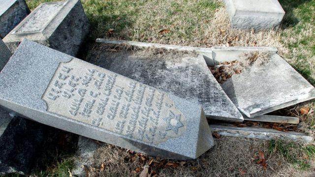 Lápidas dañadas en el Cementerio Mount Camel en Filadelfia