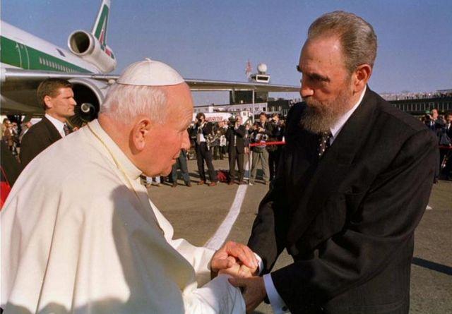 Le pape Jean Paul II s'est rendu à Cuba en 1998 - le premier Pontife à se rendre sur place. Des centaines de milliers de personnes se sont réunies pour entendre le discours de 3 heures à Havana's Revolution Square.
