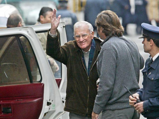 Juan María Bordaberry saluda con una con una sonrisa cuando esta a punto de subirse a un carro.