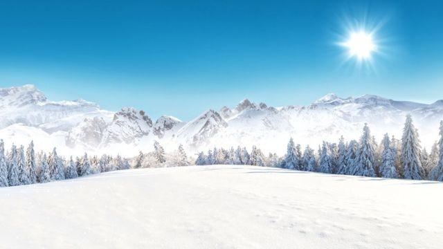 Paisagem dos Alpes com céu azul
