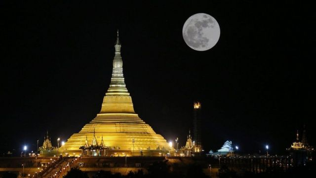 बौद्धविहार के ऊपर 'सुपरमून'