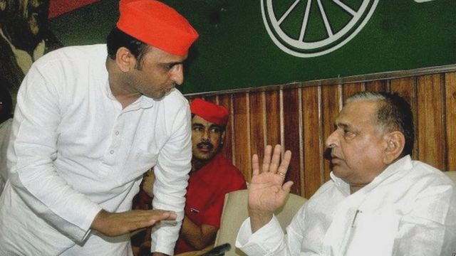 समाजवादी पार्टी प्रमुख मुलायम सिंह यादव और अखिलेश सिंह यादव