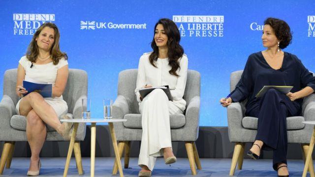Từ trái sang: Ngoại trưởng Canada Chrystia Freeland , luật sư nhân quyền, đặc phái viên Bộ Ngoại giao Anh về Tự do Truyền thông Amal Clooney và Tổng Giám đốc UNESCO Audrey Aouzlay tại Hội nghị Tự do Truyền thông ở London 10/07