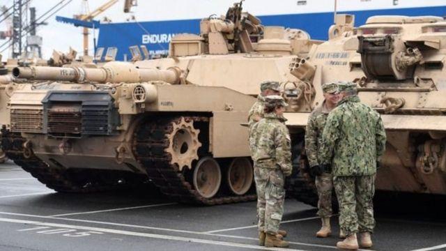 دبابات وعسكريون