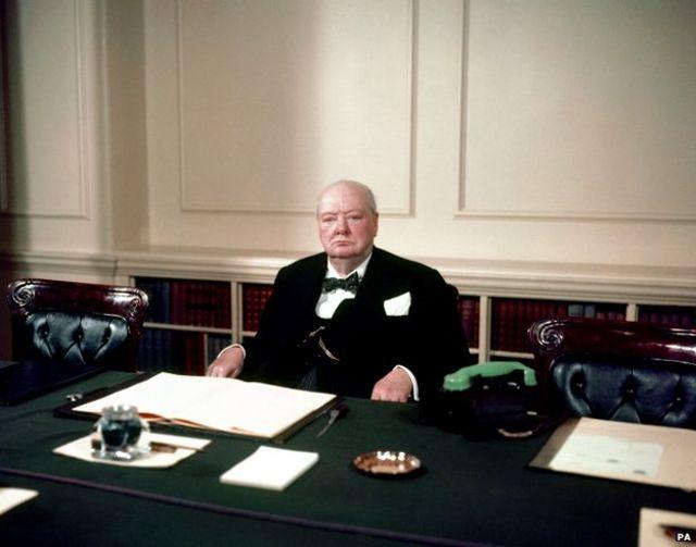 Winston Churchill sentado em seu gabinete