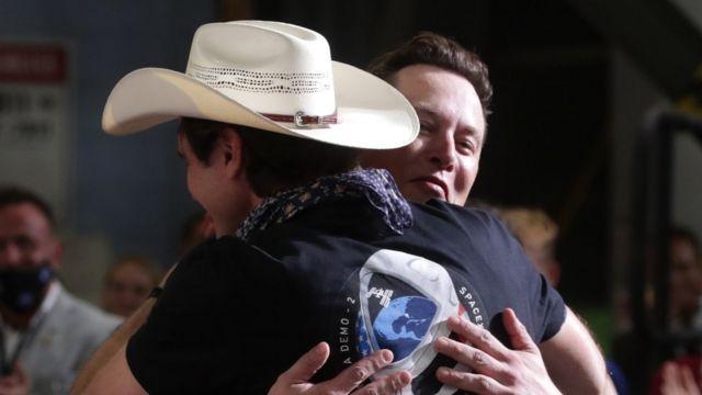Elon Musk abraza a su hermano tras el lanzamiento de la Crew Dragon