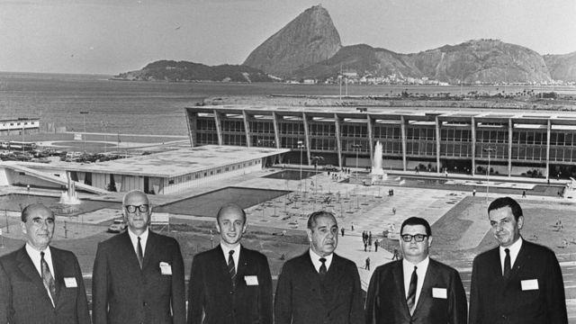 Membros da comitiva do FMI entre o então presidente do Brasil, general Artur Costa e Silva, e o economista Delfim Netto