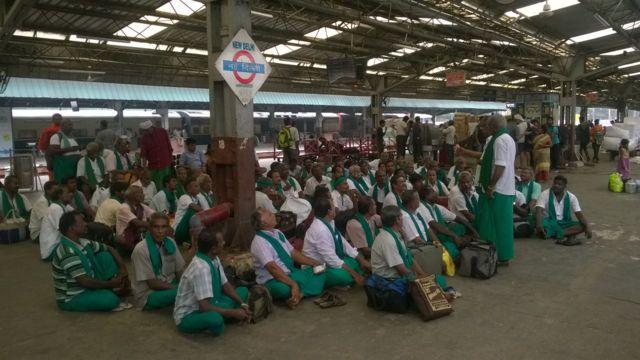 புதுடெல்லி ரயில் நிலையத்தில் தமிழக விவசாயிகள்