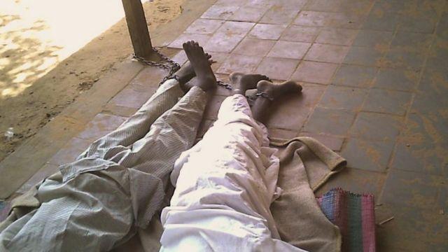 طفلان مقيدان وينامان على الأرض