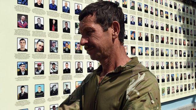 Украинской военнослужащий у мемориала солдатам и офицерам, погибшим в конфликте на юго-востоке страны