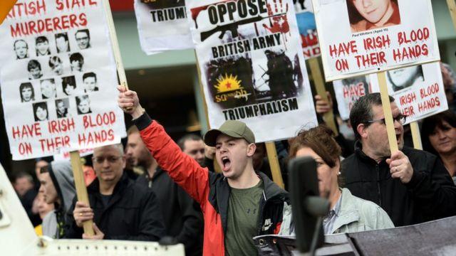 Protesta contra el ejército británico en Irlanda del Norte