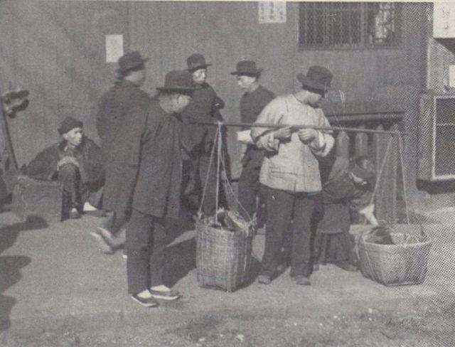 Chinos en un mercado