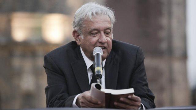 López Obrador lee uno de sus libros
