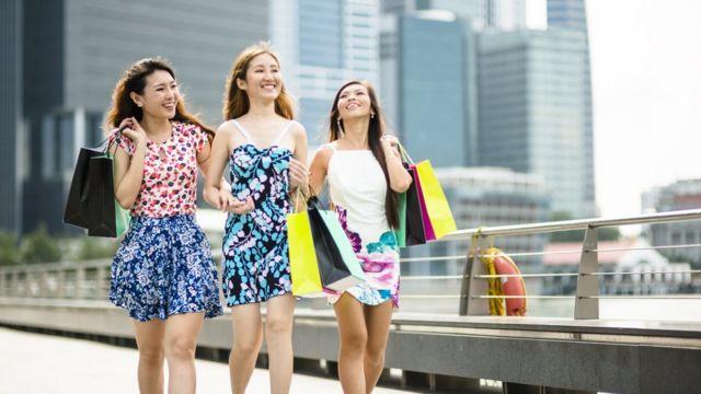 เด็กสาวกำลังเดินในสิงคโปร์