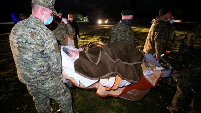 yaralı taşıyan askerler.