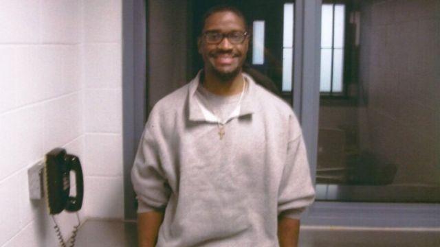Brandon Bernard dentro da prisão nos EUA