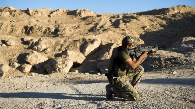 جندي يحمل بندقية آلية