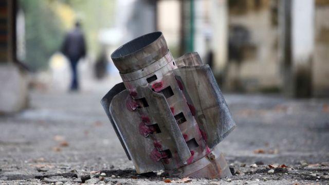 Неразорвавшаяся ракета реактивного миномета в Степанакерте