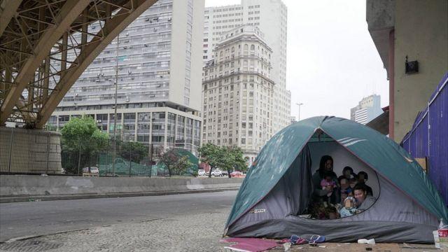 Família em barraca embaixo do viaduto Santa Ifigência, em São Paulo