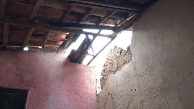 Telhado quebrado em casa em Amargosa, Bahia