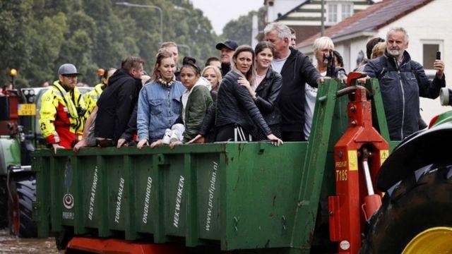 Los bomberos evacuan a las personas de sus hogares en el sur de Limburgo, los Países Bajos, el 15 de julio.