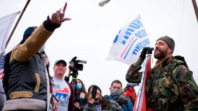 Trump'ı protesto edenler ile destekçileri, Teksas'ta karşı karşıya geldi.