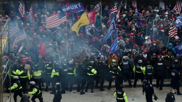 Una fila de policías intenta impedir el paso de miles de seguidores de Trump el 6 de enero de 2021.
