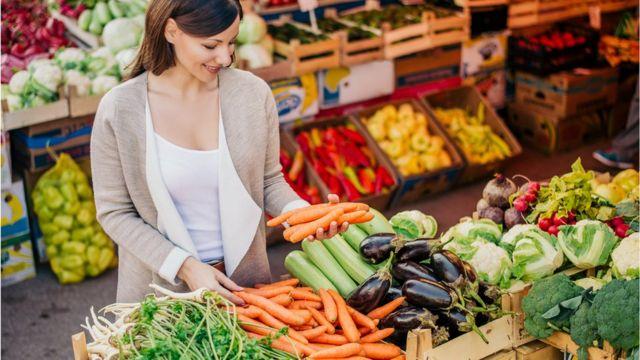 Mulher comprando legumes