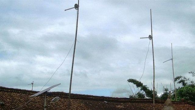 बिहार के पश्चिम चंपारण ज़िले के दोन में लैंडलाइन की तरह मोबाइल चलाने का जुगाड़