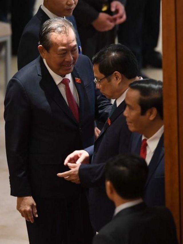 Ông Phạm Minh Chính (giữa)