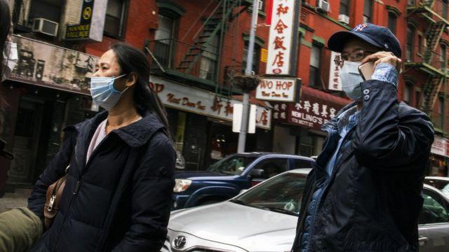 美国纽约唐人街街头戴着口罩走过的华人居民(17/3/2020)