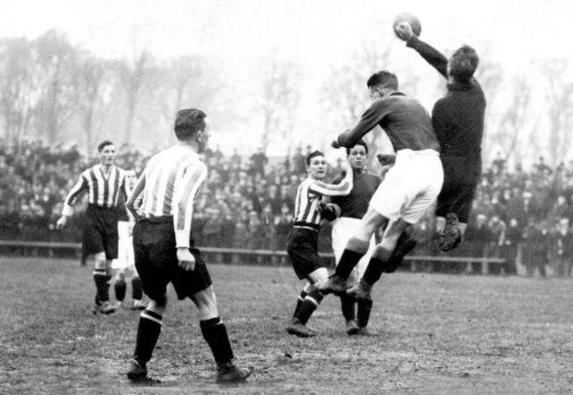Partido de futbol en la década del 20 en Inglaterra