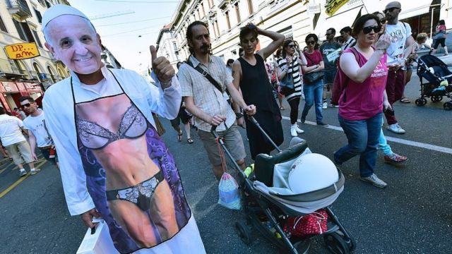 Manifestante usa fantasia de biquini com máscara do papa Francisco