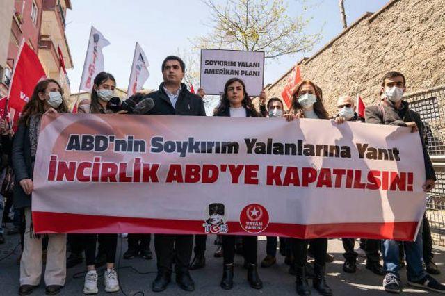 تراك يتظاهرون أمام القنصلية الأمريكية في اسطنبول احتجاجاً على اعتراف بايدن بمجازر الإبادة بحق الأرمن